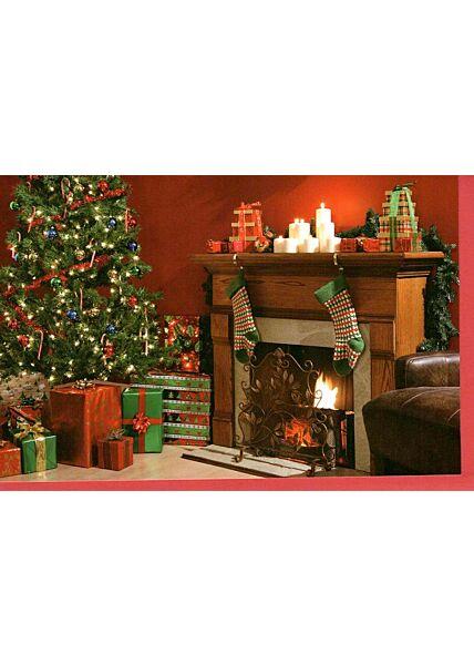Weihnachtskarte traditionell Geschenke vorm Kamin