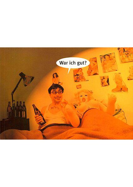 Postkarte lustig Gummipuppe Mann Bett