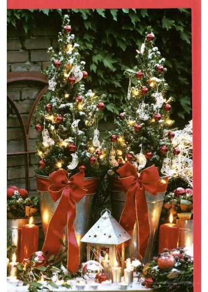 Traditionelle Weihnachtskarte mit Weihnachtsdeko im Garten