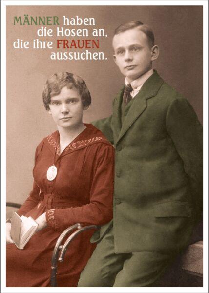 Postkarte Spruch lustig Männer haben die Hosen an, die ihre Frauen aussuchen.